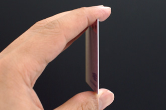 プラスチックのカードの厚みを表す写真。
