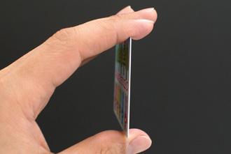 つやなしカード診察券の厚みを表す写真
