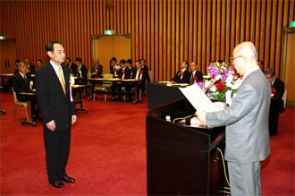 表彰状とメダルの授与の写真